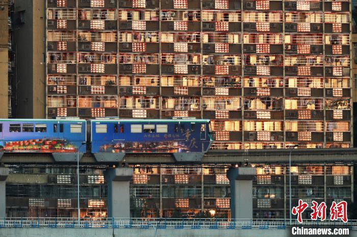 2005年,全国第一条跨座式单轨线路——重庆轨道交通2号线开通试运营。图为重庆轨道2号线。重庆轨道集团供图
