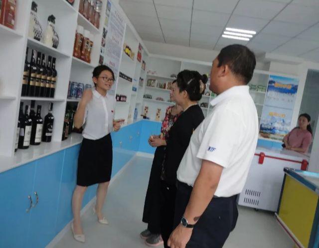 邵书琴向来访的同志介绍创业青年的网店