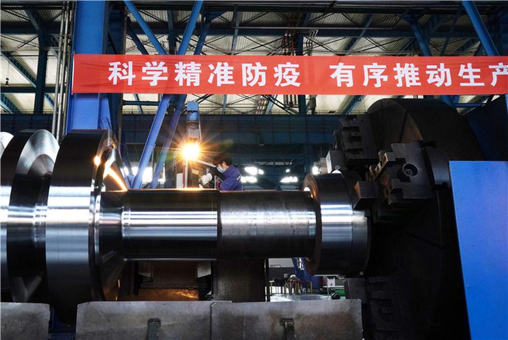 4月10日,工人在位于黑龙江省齐齐哈尔市的中国一重集团有限公司车间进行生产作业。新华社记者 王建威 摄