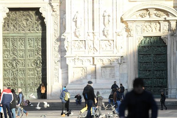 月26日,在意大利米兰,人们在部分关闭的米兰大教堂前。新华社发