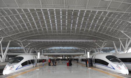 Thetest-runningtrainspreparesfortheirfirstjourneyatthestationinGuangzhou,capitalofsouthChina'sGuangdongProvince,Dec.9,2009.(Xinhua/LuHanxin)
