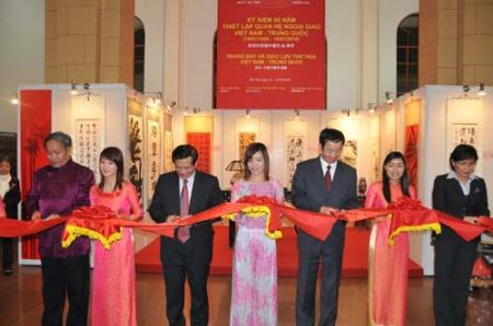 DeputyMinisterofCulture,SportsandTourismofVietnamTranChienThang(3rdLeftinFront),ChineseAmbassadortoVietnamSunGuoxiang(3rdRightinFront)cutaribbonfortheopeningofVietnam-ChinaPaintingsandCalligraphyExhibitioninHanoi,capitalofVietnam,Jan.21,2010.(Xinhua/LiQing)