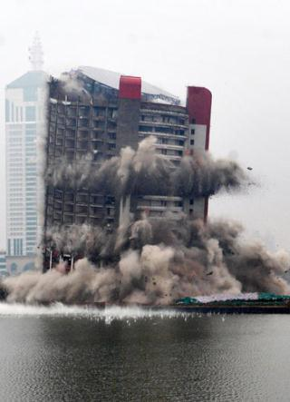 The former Lake View Hotel collapses during a demolition blast in Nanchang, capital of east China's Jiangxi province January 6, 2010. The 85.7-meter high building with 22 stories was once a famous landmark four-star hotel in Nanchang and the highest tower demolished so far in the city. It has been used for only 13 years. [Photo/CFP]