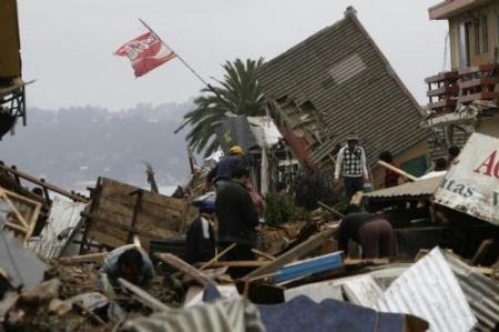 Peoplesearchforthingsamongdebrisinearthquake-and-tsunami-devastatedDichatotown,some30kilometersnorthofConcepcion,Chile,March1,2010.Thedeathtollfromthe8.8-magnitudeearthquakethathitChileearlySaturdayhasreached723,theChileangovernmentsaidonMonday.Morethan500peoplewereinjuredandatleast19peoplearestillunaccountedfor,theNationalEmergencyOffice(Onemi)said.(Xinhua/VictorRojas)