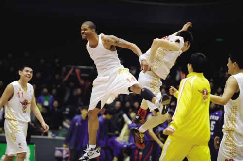 Andre Emmett (middle) reacts during a CBA match between Shandong Gold and Jiangsu Dragon on Monday, March 8, 2010. Emmett set a scoring record of 71 points. [Photo: sports.sohu.com]