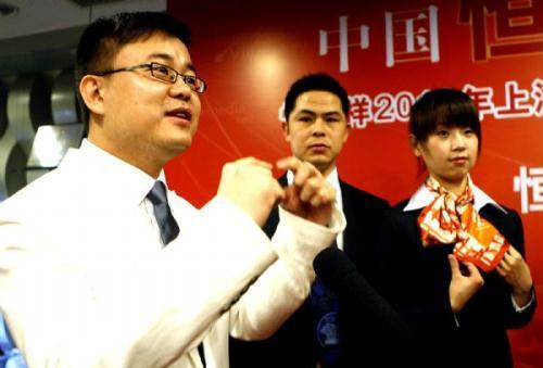 """YeChaoying(L),thechiefdesigneroftheuniformsfortheChinesepavilionatthe2010ShanghaiWorldExpo,speaksduringtheunveilingceremonyinShanghai,eastChina,April15,2010.TheuniformsforthereceptionistsandstaffmembersoftheChinesepavilionwereunveiledonThursday.Theuniforms,whichareenvironmentallyfriendlyandhigh-tech,aredesignedunderthethemeof""""BetterCities,BetterLife"""".(Xinhua/ChenFei)"""