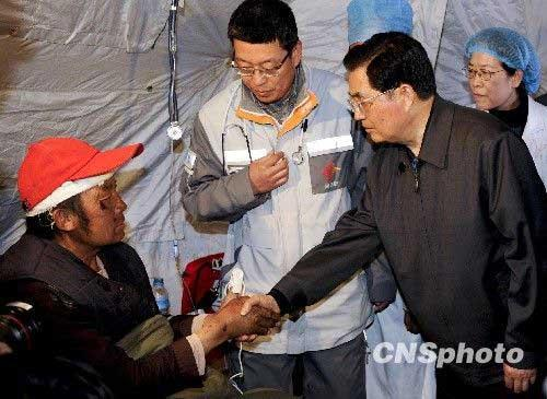 Chinese President Hu Jintao arrived at the quake-hit Yushu prefecture in northwestern China's Qinghai Province Sunday morning to direct relief work and visit victims.