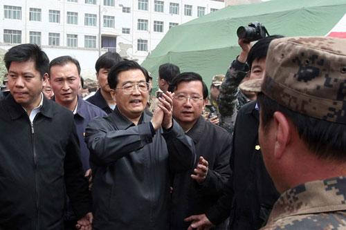 ChinesePresidentHuJintaoarrivedatthequake-hitYushuprefectureinnorthwesternChina'sQinghaiProvinceSundaymorningtodirectreliefworkandvisitvictims.