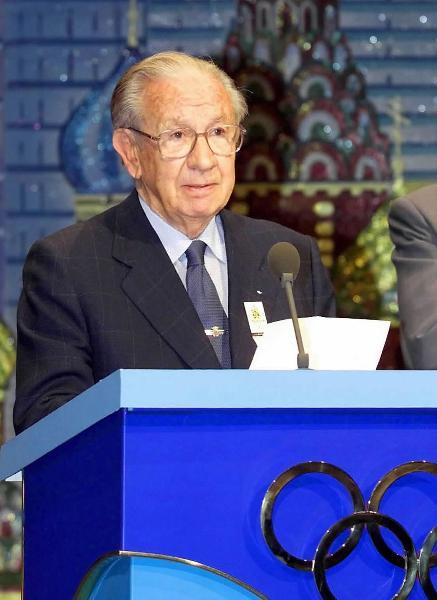 File photo taken on July 13, 2001 shows Juan Antonio Samaranch, former president of the International Olympic Committee (IOC), announcing that Beijing, capital of China, won the right to host the 2008 Olympics during a meeting in Moscow, Russia. Juan Antonio Samaranch died at the age of 89 on April 21, 2010 in Barcelona after suffering from severe heart attack.(Xinhua)