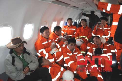 飞往灾区的救援官兵