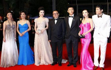"""ChineseactressHeYumeng,LiLingyu,FanBingbing,directorWangXiaoshuai,actorQinHao,actressLiFeierandactorZiYi(L-R)arriveforthescreeningofthefilm""""RizhaoChongqing""""(ChongqingBlues)presentedincompetitonatthe63rdCannesFilmFestivalinCannes,France,May13,2010.(Xinhua/ZhangYuwei)"""
