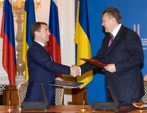 Russian President Dmitry Medvedev (L) and his Ukrainian counterpart Viktor Yanukovych exchange agreements in Kiev, capital of Ukraine, May 17, 2010. The two countries agreed to cooperate on a wide range of issues including natural gas and aerospace ventures. (Xinhua Photo)