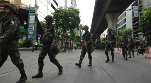A group of Thai soldiers walk across a street in Bangkok, capital of Thailand, on May 17, 2010. According to local aid agencies, the clashes between the troops and protesters which has lasted for 4 days have claimed at least 35 lives.(Xinhua/Thana Nuntavoranut)
