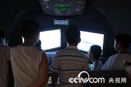体验模拟飞行驾驶舱