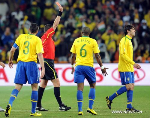 Kaka of Brazil(1st R) is shown the red card and fouled out during the Group G soccer match against Ivory Coast at 2010 FIFA World Cup at Soccer City stadium in Johannesburg, South Africa, on June 20, 2010. Brazil won 3-1. (Xinhua/Wang Yuguo)