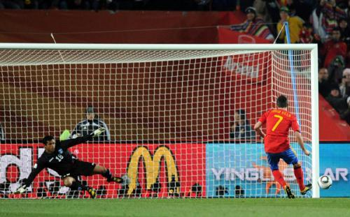Spain's David Villa (R) misses a penalty kick during the 2010 World Cup group H soccer match against Honduras at Ellis Park Stadium in Johannesburg, South Africa, June 21, 2010. (Xinhua/Guo Yong)