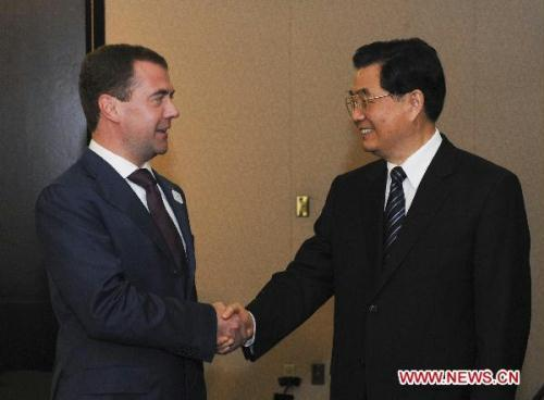 Chinese President Hu Jintao(R) meets with Russian President Dmitry Medvedev in Toronto, Canada, June 26, 2010.(Xinhua/Li Xueren)