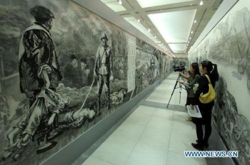 AjournalisttakesvideoforascrollpaintingdescribingChina'sAnti-JapaneseWar(1937-1945)inTaipei,southeastChina'sTaiwan,onJuly6,2010.The800-meter-longscrollpainting,createdbypaintersfromtheChinesemainland,willbeexhibitedinTaipeifromJuly7to31.(Xinhua/FeiMaohua)