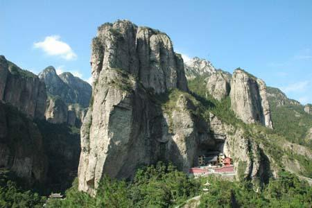 The Lingfeng Peak Scenic Zone is close to the East Gate of Yandang Mountain, with a total area of about 46 sq km.