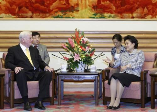 ChineseStateCouncilorLiuYandong(R)meetswithPatrickMcGovern(L),founderandchairmanoftheInternationalDataGroup(IDG)oftheUnitedStates,inBeijing,capitalofChina,onJuly7,2010.(Xinhua/DingLin)