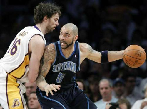 Utah Jazz forward Carlos Boozer goes up against Los Angeles Lakers forward Pau Gasol in the first half during Game 1 of their NBA Western Conference semi-final playoff series in Los Angeles, May 2, 2010.(Xinhua/Reuters Photo)