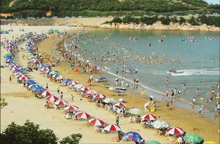Seafood barbecues are a must-try dining experience on the beach in Xiangshan. (Provided to China Daily)