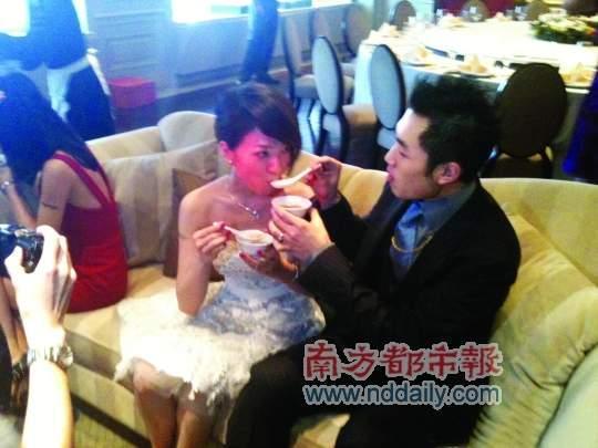 蔡依林在微博中上传了自己躲在一角喝糖水、她作为伴娘的第二套礼服,还有送礼盒的照片