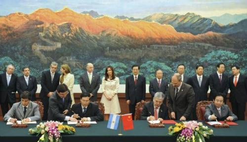 Chinese President Hu Jintao (6th R Back) and Argentine President Cristina Fernandez de Kirchner (6th L Back) attend the signing ceremony of cooperation agreements between both countries in Beijing, capital of China, July 13, 2010.(Xinhua/Huang Jingwen)