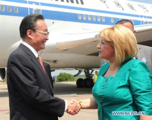 China's top legislator Wu Bangguo (L) shakes hands with Serbian Parliamentary Speaker Slavica Djukic-Dejanovic at an airport in Belgrade, Serbia, on July 14, 2010.(Xinhua/Zhang Duo)