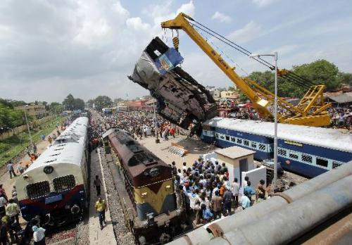 A crane lifts a damaged carriage of a passenger train at the site of an accident at Sainthia in the eastern Indian state of West Bengal July 19, 2010. A speeding express rammed into the back of a stationary passenger train in eastern India on Monday, killing 60 people.(Xinhua)