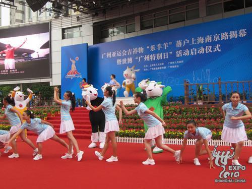 "LeYangyang,""themascotoftheGuangzhouAsianGames,arrivesattheNanjingRoadPedestrianStreetindowntownShanghaiyesterdayafternoon."