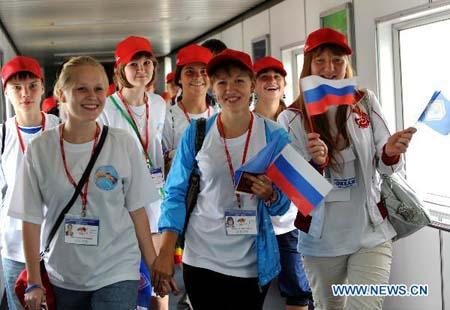 Members of a Russian summer camp arrive at Beijing Capital International Airport in Beijing, capital of China, July 31, 2010. Nearly 500 teenagers from Russia arrived in Beijing on Saturday, kicking off a ten-day summer camp in China as guests of Chinese President Hu Jintao. (Xinhua/Gong Lei)