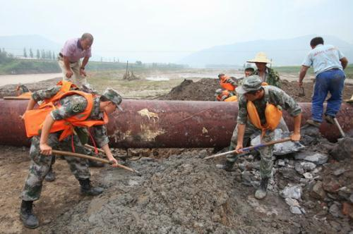 Soldiersrepairaflood-damagedwaterpipeonTuesdayontheoutskirtsofTonghua,Jilinprovince.[ZHANGTAO/CHINADAILY]