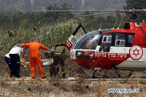 An Israeli helicopter is seen evacuating one of injured soldiers from the northern border, Aug 3,2010. (Xinhua/Jini)