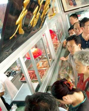 人们在肉食品店购买肉食品