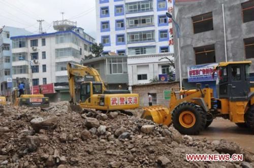 ExcavatorsworkattherushrepairsiteofaroadinZhouquCountyofGannanTibetanAutonomousPrefecture,northwestChina'sGansuProvince,Aug.9,2010.Some100soldiersandmorethan30engineeringequipmentsweresenttotakepartintherushrepairworkofroadsdamagedbyrain-triggeredlandslidesinZhouquCounty.(Xinhua/PiFeng)
