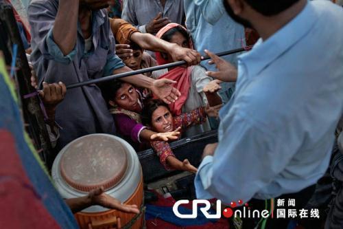 巴基斯坦灾民争抢救援物资