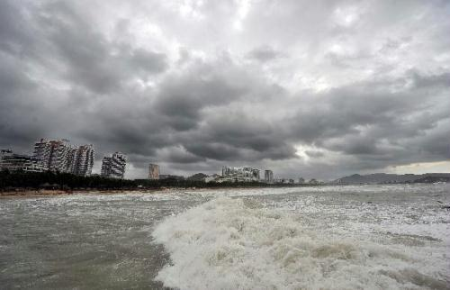 "Photo taken on Aug, 24, 2010 shows the waves on the beach in Sanya, south China's Hainan Province. High tides and big waves were seen on the sea water near Sanya due to a strong tropical storm named ""Mindulle"" Tuesday.(Xinhua/Guo Cheng)"