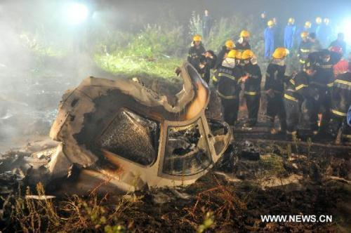 Rescuers search for survivors at the site where a passenger plane crashed in Yichun City, northeast China's Heilongjiang Province, early on Aug. 25, 2010. A passenger plane with 96 people on board crashed late Tuesday night the Yichun airport. At least 42 people were confirmed dead while the remaining 54 have been rescued and sent to hospitals. (Xinhua Photo)
