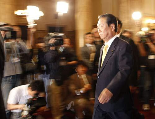 Japan's ruling Democratic Party Secretary-General Ichiro Ozawa enters a room for a meeting with Prime Minister Yukio Hatoyama at the parliament in Tokyo June 1, 2010.(Xinhua/Reuters Photo)