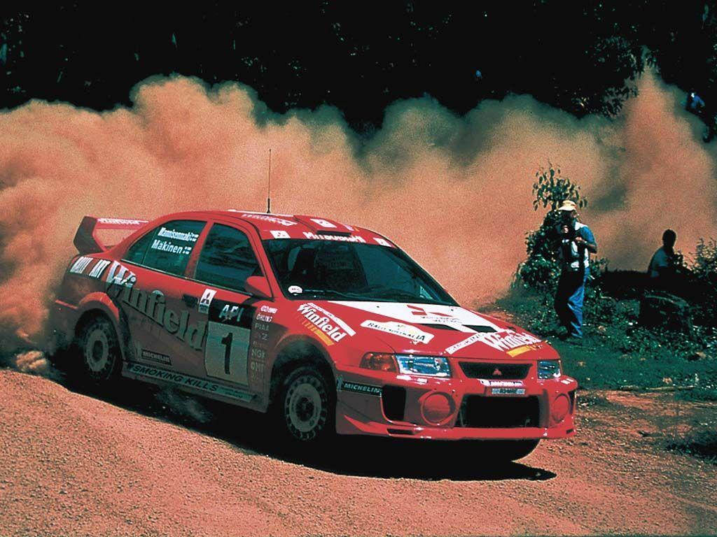 积分与锦标 WRC的积分制度与F1相同,每一站的前八名分别可获得10、8、6、5、4、3、2、1的积分,车手所得积分可成为车手本身及车队年度积分,全年积分最高的车手与车队将获得世界冠军的最高荣耀。我们所熟知的World Rally Car(W.R.Car)是包含在A8组中,这个锦标只有汽车制造厂身分的厂队才具有参赛资格,2004年共有5个车厂参与角逐。 目前FIA规定每支厂队只能派出两部车参赛,而参赛厂队也必须全年参赛才能角逐年度车队积分。综合这两项规定,车队积分是取具有车队积分车手中成绩最佳的前八位。