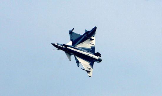 八一飞行表演队两架歼10飞机表演剪刀对冲