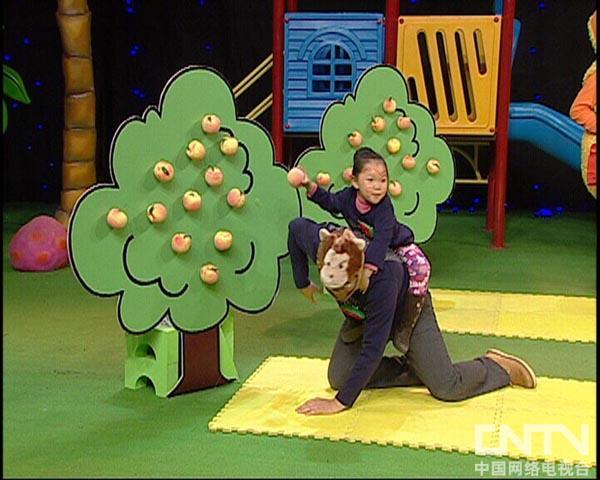 西瓜桔子做游戏小猴运桃