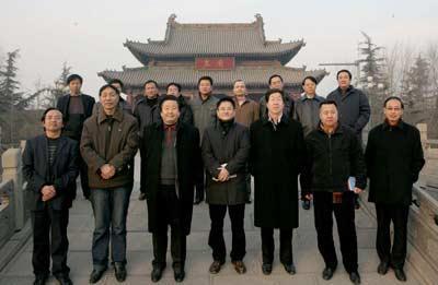 参加采风活动的作家、诗人在临汾市尧都区尧庙前合影