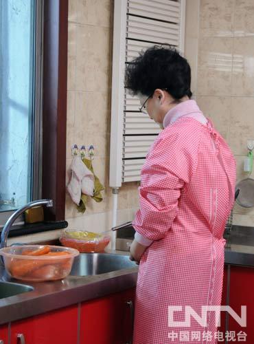 宋春丽老师扮演母亲在做饭