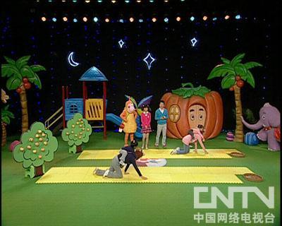 西瓜桔子做游戏:猴子运桃