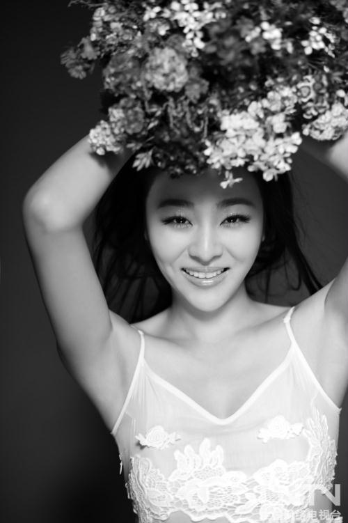 小斯琴高娃白裙展露纯美微笑