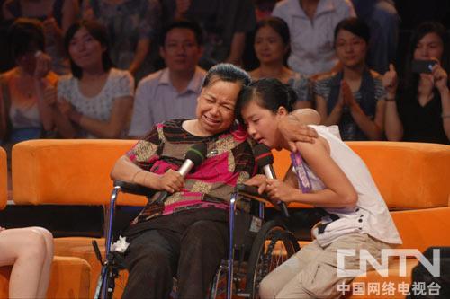 孟佩杰12年照顾瘫痪养母