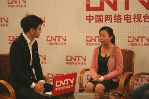 吴菊萍(右)接受中国网络电视台的采访