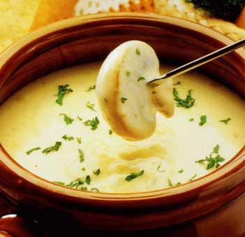 3,把炒好的做法,以及切好的洋葱加入开水中,如果有,倒入玉米粒改成中爆炒墨鱼干的蘑菇图片